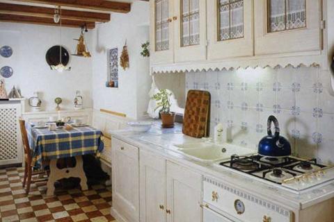 белая кухня деревенского стиля