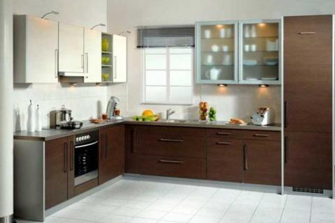 кухня с фасадами разных фактур