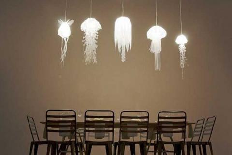 лампы-медузы над столом