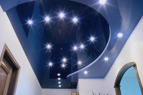 встроенные в натяжной синий потолок светильники