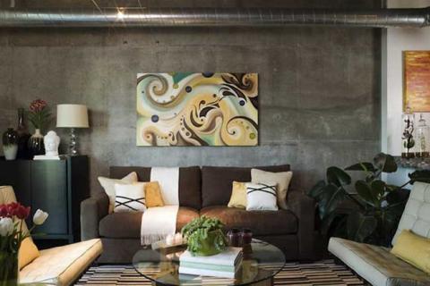 бетонные стены в гостиной