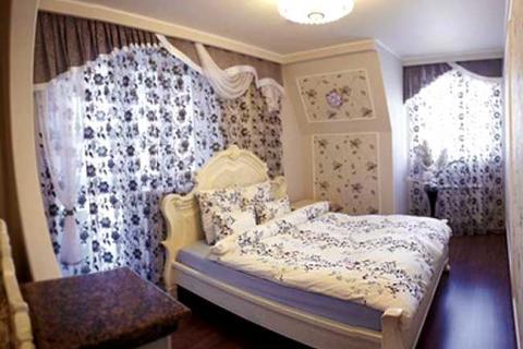 Спальня с хрустальной потолочной люстрой
