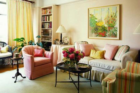 Светлые цвета маленькой гостиной