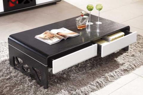 вместительный столик в маленькой гостиной