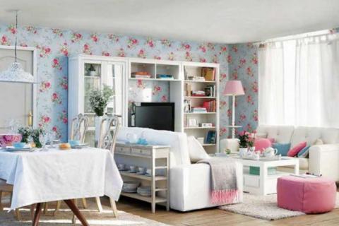 легкая мебель в маленькой гостиной