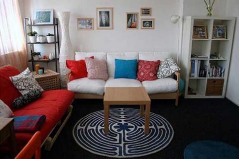 подушки в маленькой гостиной
