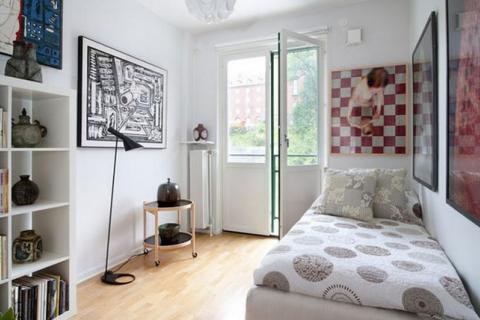 интерьер маленькой спальни с большими постерами