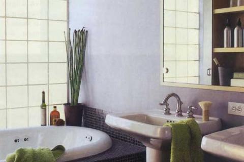 полка-зеркало в ванной комнате