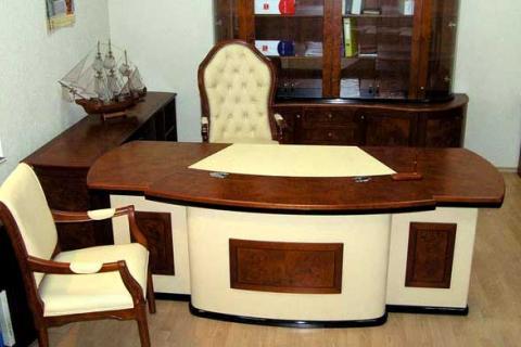 рабочий стол со вставками из дерева
