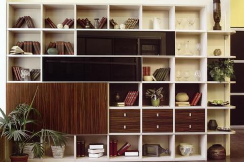 шкаф с деревянными ящиками и стеклянными полками