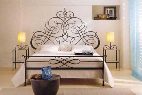 кровать и тумбы с кованными элементами