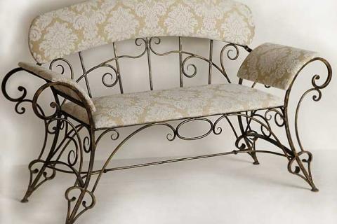 диванчик с металлическими элементами