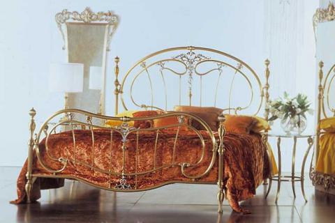 мебель в спальне из золотистого металла