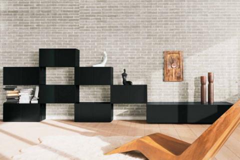 полки и деревянное кресло на фоне кирпичной стены