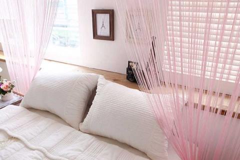 розовые нитяные шторы