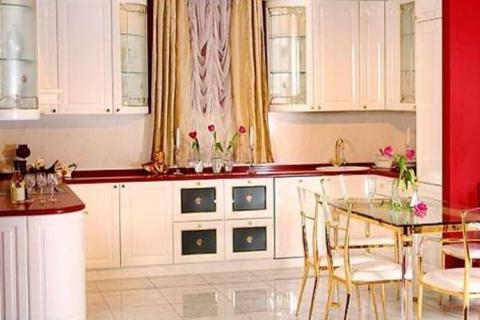п-образная кухня с французскими шторами