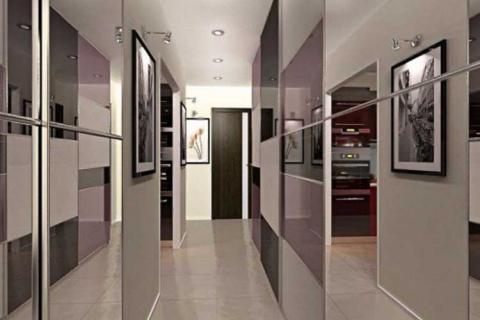 узкий коридор с глянцевыми шкафами