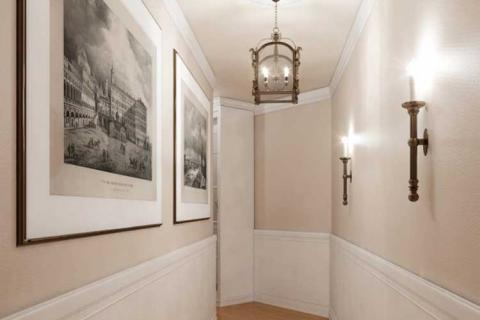 узкий коридор с белыми панелями