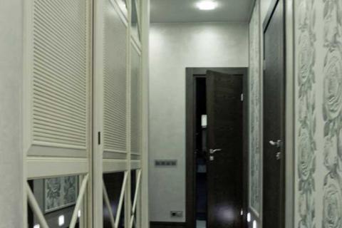 узкий коридор со светлым шкафом
