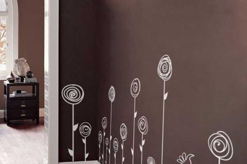 узкий коридор с наклейками