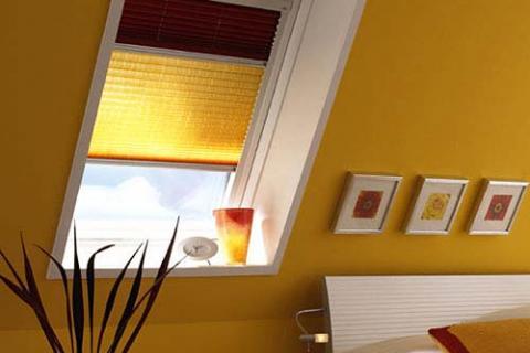 шторы-плиссе в окне мансарды