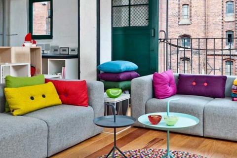 разноцветные подушки с контрастными пуговицами