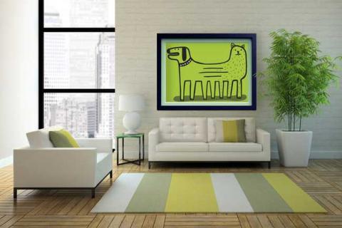 забавный постер над диваном