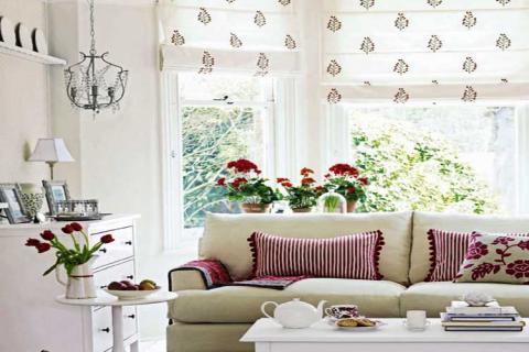 белые в цветочек рулонные шторы в гостиной
