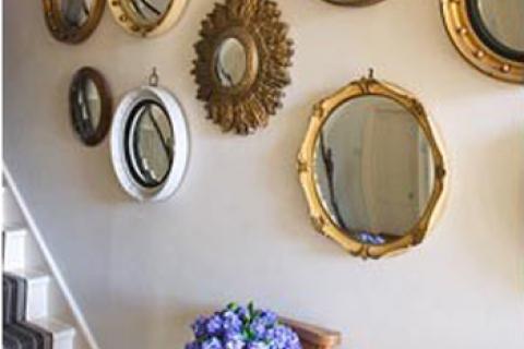 прихожая с небольшими зеркалами