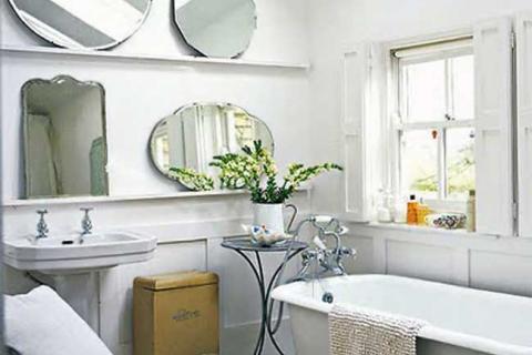 зеркала разной формы в ванной