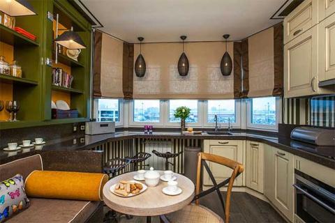 римские шторы на кухонном эркере