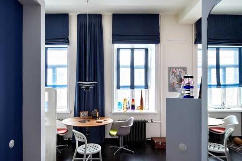 синие римские шторы на кухне