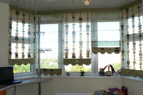 римские шторы в эркере