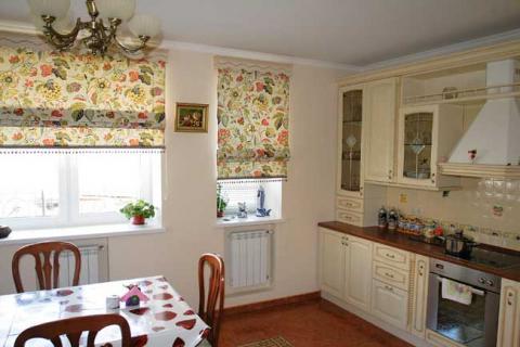 римские шторы в цветочек на кухне