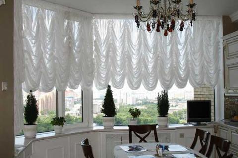 белые французские шторы в столовой