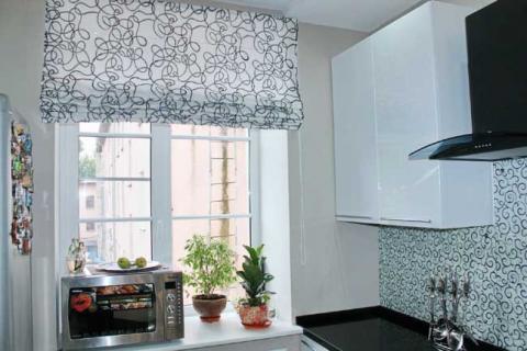 бело-черные римские шторы