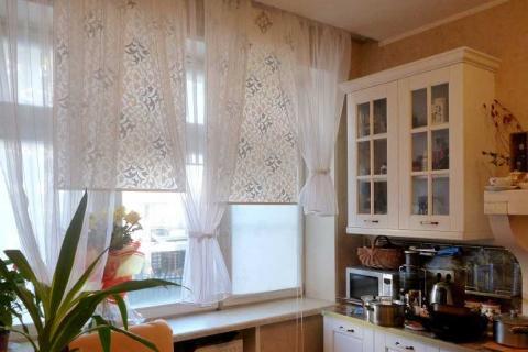 рулонные шторы с принтом на окна в кухне