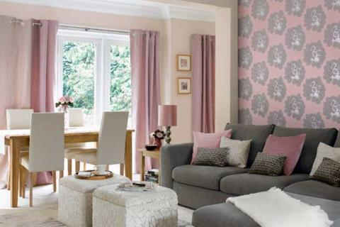 серо-розовая гостиная-столовая