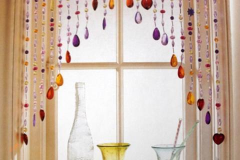 шторы из стеклянных бусин на кухонном окне
