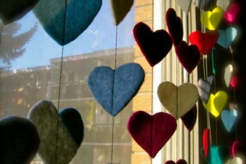 шторы из войлочных сердечек