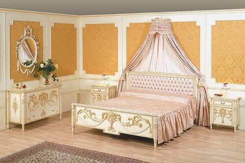 белая с золотой инкрустацией мебель в спальне