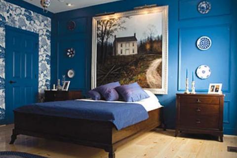 спальня с синими стенами и бело-голубыми обоями