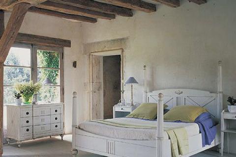 потолок спальни с деревянными балками