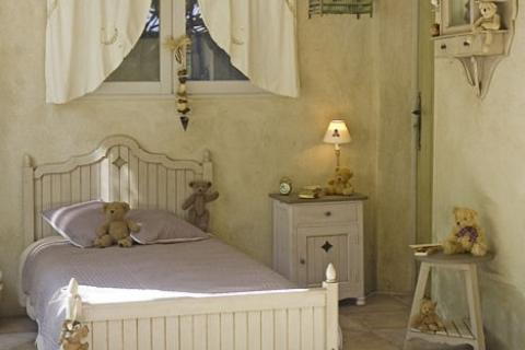 спальня с штукатуренными стенами