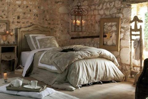 спальня со стенами из камня