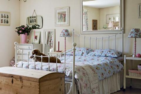 спальня с текстилем в цветочек