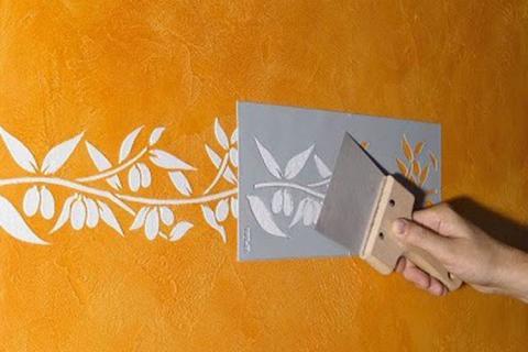 роспись желтой стены по трафарету