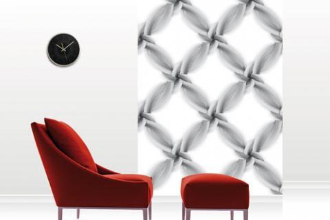 обои и красное кресло