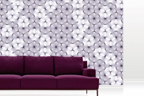 серые обои и фиолетовый диван
