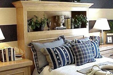 спальня с сине-белыми полосами на стене